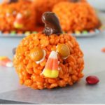 Pumpkin Krispies Treats - easy rice krispie treats that look just like pumpkins! Perfect treat for kids for halloween, thanksgiving or fall in general!