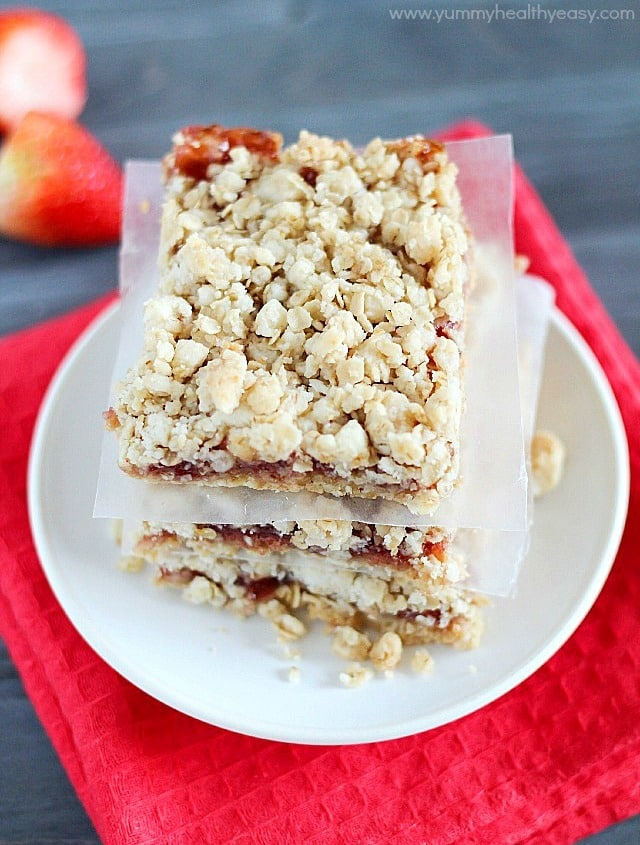 Strawberry Oatmeal Bars | delicious bars using only a handful of easy ingredients (cake mix & strawberry jam!) to make the fastest and yummiest dessert!