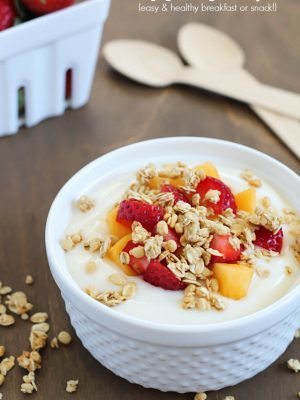 Fruit, Yogurt & Granola Parfait - healthy, delicious & easy breakfast or snack! #NatureValleyGranola