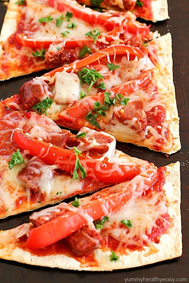 this copycat olive garden pepperoni sausage flatbread pizza is such a quick and easy dinner - Olive Garden Pizza