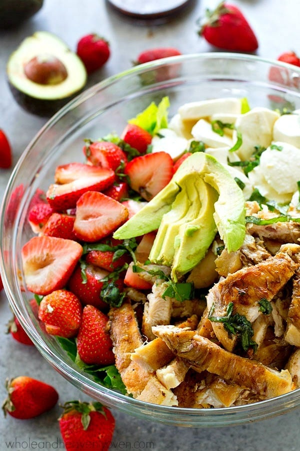 Balsamic Grilled Chicken Strawberry Caprese Salad for dinner win! Juicy balsamic-grilled chicken and lots of fresh strawberries and creamy mozzarella cheese make for the ULTIMATE twist on caprese salad!