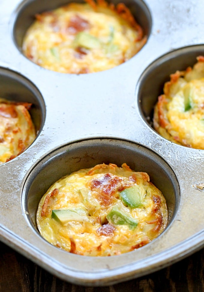 Easy Bacon Avocado Hash Brown Egg Cups - perfect for breakfast!