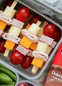 Cheese & Turkey Kebabs are the cutest lunchbox idea for both kids AND adults!